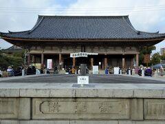 石舞台。 亀の池の上に架かっている石橋に組まれた舞台で、毎年4月22日に聖徳太子を偲んで行われる聖霊会舞楽大法要の際には、古来よりの作法にのっとり舞台上で舞楽が舞われます。 日本三大舞台の一つだそうです。 側面に彫られた「舞台講」とはこの舞台再建に寄進の労をとった大阪の材木問屋の集まり(講)の名称です