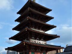 五重塔。 聖徳太子創建の時、六道利救の悲願を込めて、塔の礎石心柱の中に仏舎利六粒と自らの髻髪(きっぱつ)六毛を納められたので、この塔を「六道利救の塔」と言います。塔の入口は南北に在りますが、通常開放しているのは北側のみで、南正面に釈迦三尊の壁画と四天王の木像をお祀りしています