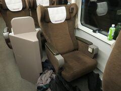 2時間強かかるのでグリーン車にしましたが、これがすごく良い座席でした...