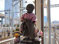 3・4番線駅ホーム南端にある「小便小僧」 まだお正月気分のようです