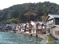 舟屋を近くから眺めます。