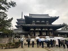 南大門をくぐって正面に中門が見えてきました。金堂や五重棟の手前にある門です。 門の真ん中に柱がありますが、これは法隆寺だけに見られる特殊な様式だそうです。