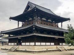 金堂は現存する最古の木造建築で、卍崩しの高欄など、飛鳥時代の様式だそうです。法隆寺の本尊である釈迦如来、薬師如来、阿弥陀如来の釈迦三尊を見ることができました。