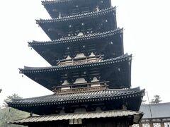 法隆寺五重塔は、31.5mの高さで、上へ向かうにつれて屋根が小さくなっていくのが特徴だそうです。塔を支える心柱や木組みの構造は、地震の揺れをやわらげる効果があり、スカイツリーなど現代の建築物にもその技術が応用されているそうです。