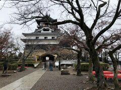 雪化粧した城が見られるのを期待して寄ってみたのですが、雪の気配はなし。 岐阜から少し離れただけなのに、大して雪は降らなったようです。