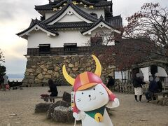 やっと見えた~。 彦根城。 この時間の「ひこにゃん」は、動きませんせした(笑) 後ろの足場、うつらないように撮ればよかった (^^;