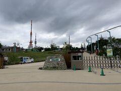 山頂の遊園地の入口。今日は休園日だから入れないかなあと思っていましたが、中を通過することができたので、遊園地の中へと進み、登山道を目指します。 あと、写真でわかるように、この遊園地の中にテレビ塔があります。生駒山頂にテレビ塔があれば、大阪平野はカバーできると思います。その地代で、この遊園地が持っているのかもと思ったりもしました。
