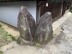 展望台を後にいたしまして、暗峠まで移動しました。標高は455m。大阪から、生駒山を超えて奈良へ行く道はいくつかありますが、ここは歴史ある場所で、峠の場所だけ石畳になっております。当然、大阪と奈良との県境でもあります。 もう一つ、この暗峠は「急坂」としても有名で、20パーミル以上の傾斜が続く道なので、マニアには有名なところです。