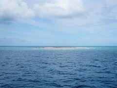 近くには無人島が。小さな島にジェットスキーで行く、これぞ究極のプライベートビーチ。