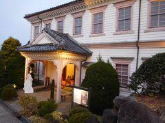 「旧長崎地方裁判所長官舎」 明治16年頃に建てられ、この場所に移築されたものになります。 学校の校舎のような立派な建物ですが、中は「レトロ写真館」となっていました。