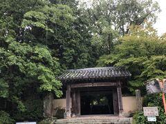 長府毛利家の菩提寺の功山寺。 文久3年8月18日の政変で薩摩と会津の結託により三条実美を筆頭とする七卿と長州藩は京都から排除される。 その七卿のうちの5人は功山寺に滞在している。