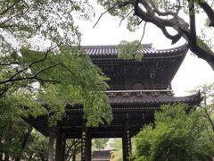 京都から排除された長州藩は翌年、武装兵力を京に入れ京都守護職松平容保の会津藩を中心とした幕府軍と闘い一敗地にまみえる。いわゆる禁門の変である。 これをきっかけに幕府による長州征伐が始まる。 長州藩は、京都出兵の責任者の三家老に切腹を命じ、恭順の意を示そうとする。 これに反発したのが高杉晋作である。