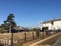 しばらく歩くと、新居関所資料館がありました。 現在、東海道の中で関所が残っているのは、箱根とここ新居のみ。 箱根の関所は復元されたものですが、新居の関所は当時の建物がそのまま残っていて、全国でもここだけのようです。 見学したいところですが、今回は先を急いでいるので、次回の東海道歩きの時にゆっくり見学したいと思います。