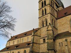 """木組みの家の近くに建つ教会はすご~く立派!  エスリンゲンは8世紀、キリスト教の殉職者の屍がイタリアから運ばれて、埋葬された場所だったそうです。  13世紀に神聖ローマ帝国の""""フリードリヒ二世""""が埋葬された殉職者の屍を祀るため、この""""ザンクト・ディオニス(St. Dionys)""""教会を建立。  すると、数多くの巡礼者が教会を訪れるようになり、彼らに充分な食料を提供できるよう、この地を支配していた領主に市を開催する権利が与えられました。 これをきっかけに商人や農民たちもやってきて、エスリンゲンが栄え始めたとのこと。  フリードリヒ二世は修道院や看護施設も寄贈し、街は一気に宗教上の中心地に。  当時、神聖ローマ帝国の皇帝を輩出していたのは、ドイツ最古の貴族のひとつ""""シュタウファー家""""。 ー家がエスリンゲンに宮廷を構えると、この地で国会が開かれたり、当時は有名な街だったらしいです。"""