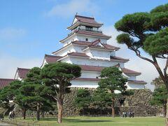 会津若松に来たら「鶴ヶ城」を素通りする訳にはいきません。 天気も良く、青空に白壁と赤瓦が映えてとても綺麗です。