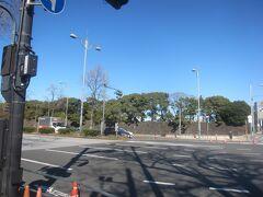 祝田橋交差点を左へ 向かいには皇居のお濠があります