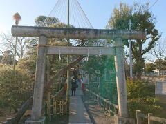 碑文谷公園内の池の中島にある厳島神社へ