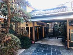 五浦観光ホテル本館の玄関。用事はないのでさっさと立ち去る。