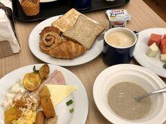ホテルの朝食です 種類もそこそこあって十分美味しいです。 夫は、ここのカレーが一番美味しかったと言っておりました。 (チキンライスじゃないのかい?)