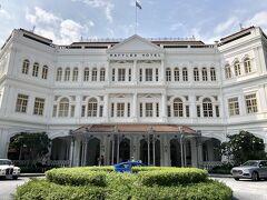有名なラッフルズホテルへ 白いターバンかぶったドアマンが本当にいるんだね~と感心感心。