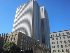 文部科学省の向こうには霞が関ビルディング 日本初の超高層ビルです
