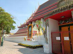 涅槃仏寺の、涅槃仏に近い方の入り口。 団体ツアー等で来る人が使う入り口だが閉鎖中で裏に回らないといけない