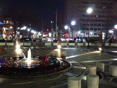 続いて「開港広場公園」 噴水があり、そこそこ整備されています。