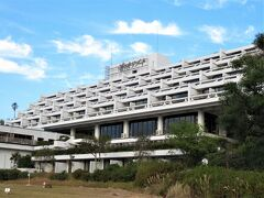 南の海に向かって横長に建っています。 全162室の大規模なリゾートホテルです。