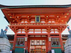 「伏見稲荷」は、全国に30,000社ある中の総本宮で、キツネがお出迎え