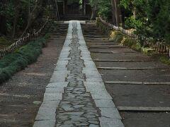 寿福寺に着きました。  真っ直ぐな参道の美しさに こちらの背筋も伸びるようです。  北条政子・源実朝のお墓があることでも 知られています。
