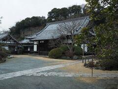 初めて訪れた浄光明寺。  静まりかえった境内では…