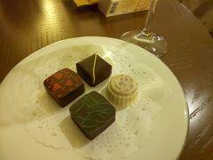 ホテルオリジナルチョコレートは、グランドプリンス新高輪の1階にある「Chocolate Salon Takanawa」のものでした。 抹茶やラズベリーやホテルロゴ入りなど、どれも美味しかったです。  https://www.princehotels.co.jp/shintakanawa/restaurant/chocolate_salon/