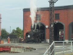 途中「下今市駅」でSL「大樹」が転車台の前で白い煙を吐いていました