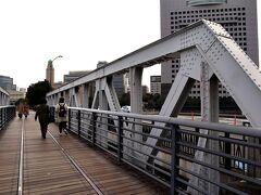 街中の道路に昔の線路があることさえも、おしゃれに感じてしまう不思議。 これが横浜マジックかしら。