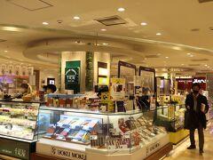 YOKU MOKUやシュガーバーターの木などのお菓子コーナーあります