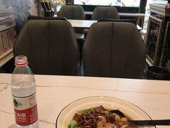大腸麺! つまり、もつ煮ラーメンですね。 結構、中国ではもつ煮がスタンダードな具材です。 やや濃い目の醤油ラーメン。