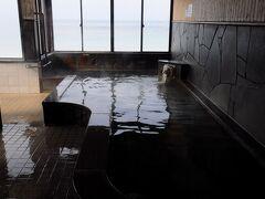 白良浜に外湯があったので入ることにした。 その名も『白良湯』。 木造の小奇麗な建物だったが、浴室はなかなか雰囲気が良かった。 窓からは、白良浜も眺めることが出来た。