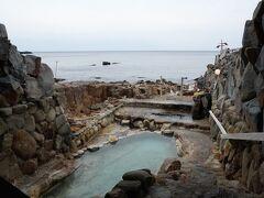 牟婁の湯から歩いて『崎の湯露天風呂』へと向かう。 そこは、日本書紀に『牟婁の温湯(むろのゆ)』などの名で登場し、658年の斉明天皇の紀の国行幸の際に、斉明天皇や中大兄皇子(後の天智天皇)も浸かったとされる歴史ある湯だ。 目の前はすぐ海で、自然に出来た岩のくぼみに湯が満ちた湯船は素晴らしかった。