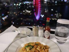 ルームサービスで魚介のスパゲッティトマト風味。 2,860円(税サ込)。