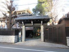 曹洞宗の長慶寺を山門から見ました。明治時代の初め、東京府小学校の一つを寺に設置された歴史や、芭蕉時雨塚などが残っているなど歴史ある寺であることがわかります。