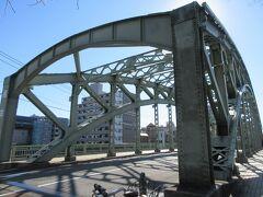 小名木川に架かる万年橋です。ごっつい感じの橋で、北詰めにあるケルンの眺めから見た清洲橋と対照的でした。