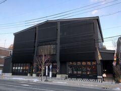 長野・軽井沢『TWIN-LINE HOTEL KARUIZAWA JAPAN』  2020年7月3日にオープンした『ツインラインホテル軽井沢ジャパン』 の外観の写真。  『ホテルグランヴェール旧軽井沢』から軽井沢本通りを歩いて 9分かかりました。 「東雲交差点」付近。ホテルの目の前にバス停があります。  <アクセス> 軽井沢駅より徒歩7分