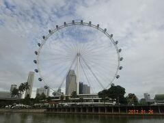 シンガポールフライヤーのそばを通過していきます