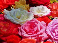 8月2日。 ひまわり畑があるというので、車で30~40分ほどにある「せんだい農業園芸センター」にやってきました。  入口ゲートのところに、バラの花を水に浮かべたもの(流行りの花手水みたいなもの)がありました。