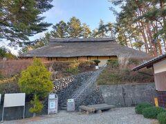 小淵沢駅から5分ほどのところにある国の重要文化財に指定されている旧平田家住宅。 見学は有料だったので、下から眺めただけ。