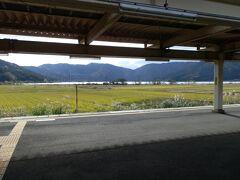 北陸本線 余呉駅のホームです。山々の裾野に見える湖は余呉湖です。湖が僅かですが、見えたので撮影してみました。