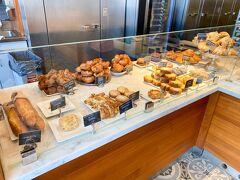KONA COFFEE PURVEYORSは、パンも美味しいとの評判です。クイニーアマンやいろいろなフレーバーのクロワッサンなど。全部美味しそう! 明日の朝食用に買ってみることにしました。