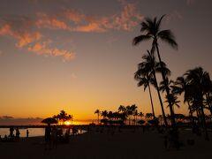 ハワイの夕日、初めて見ました。  2年前のウェディング後のサンセットフォトもこうだったらなぁ・・・と思いながらシャッターを切ります。2年前はあいにくの曇りで、夕日とともにシルエットを撮るサンセットフォトは叶わなかったけど、フォトグラファーのカナエさんが試行錯誤しながら素敵な写真を撮ってくれました。 息子や娘が結婚するときは、是非ハワイで挙式してもらって、サンセットフォトも撮ってもらいたいなぁ。