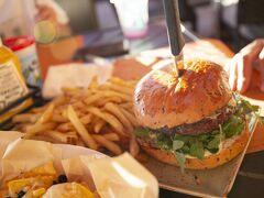 ハンバーガーも、大人の手のひらサイズ。  ホテルのレストランは価格が高めな印象ですが、この量ならむしろ割安かもしれません。