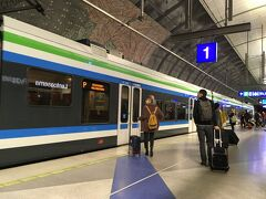 <リングレールライン>13:40  初めてヘルシンキに来た時は空港バスを利用(片道6ユーロ)。 でもこの電車の方が安くて早いのでオススメです。  空港駅(始点)とヘルシンキ中央駅(終点) 1番線と2番線の2路線ありますが差は5分ほど。 どちらでも来た電車に乗れば迷わず中央駅へ行けます!  ☆詳細はクチコミに記載しました☆ https://4travel.jp/os_shisetsu_tips/13156307  ※空港バスを利用した時の旅行記はこちらです。 ■ミュンヘンオクトーバーフェスト・ベルリンマラソン・ヘルシンキ10日間一人旅(6)【ヘルシンキ編その1】 https://4travel.jp/travelogue/11290424 ■(7)【ヘルシンキ編その2】 https://4travel.jp/travelogue/11291832#bbs